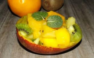 Salade de fruits exotiques mangue, ananas et kiwi