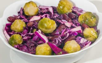 Salade de chou rouge aux choux de Bruxelles et haricots rouges
