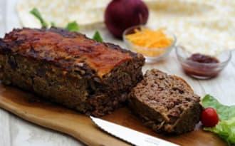 Pain de viande au cheddar, sauce barbecue et oignon rouge