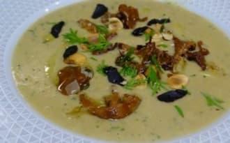 Velouté de pommes de terre, champignons, céleri, aneth et ail noir Black Garlik