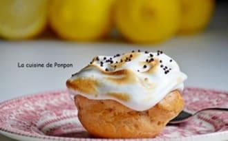 Chou garni de crème citron meringuée et perles de chocolat