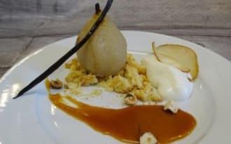 Poires au sirop sur biscuit breton, caramel façon Saligou et chantilly à la vanille, chips de poire