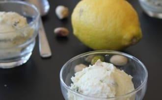 Gelato à l'huile d'olive et au citron, pistaches et miel