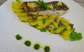 Saumon cuit à l'unilatéral sur lit de pommes de terre, sauce verte aux jeunes pousses d'épinards