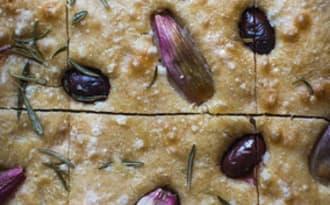 Focaccia au levain échalotes, olives & romarin
