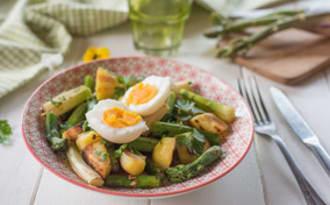 Poêlée d'asperges, pommes de terre et œufs crémeux