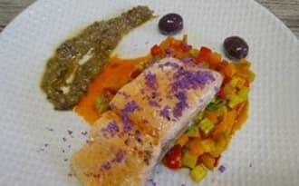 Pavés de saumon confits à l'huile d'olive, poêlée de légumes au cumin, condiment tapenade d'olives niçoises