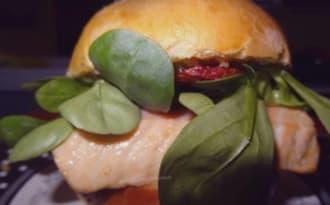 Burger au saumon, tzatziki et câpres