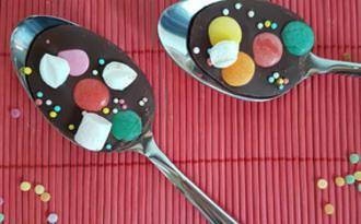 Cuillères et œufs au chocolat noir