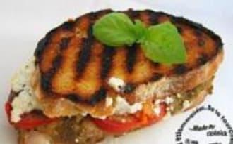 Sandwichs Grillés à la Chair d'Aubergine Aillée, Tomate, Feta et Basilic