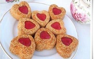 Biscuits coeurs sablés au sésame et confiture