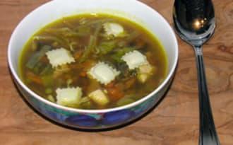 Soupe chinoise de ravioles et de poulet