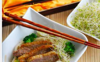 Udon au magret de canard et petits légumes sautés