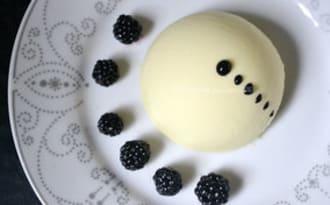 Sphère chocolat, glace vanille, mûres