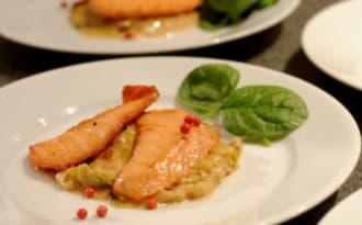 Coeur de saumon fumé snacké, étuvée de poireaux et poudre de cèpe