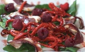 Salade de poivrons aux framboises, tétragone et magrets fumés