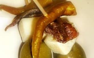 Brochettes Gilda : anchois, piment, tomme de brebis et olives