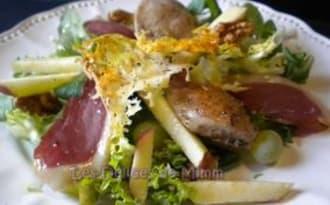 Salade automnale aux filets de caille, magret fumé et fruits de saison