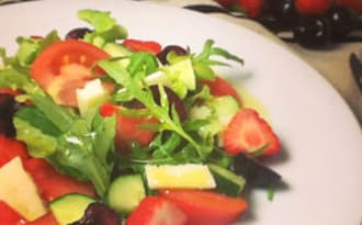 Salade de tomates, fraises, cerises et Manchego