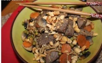 Nouilles sautées aux légumes, au boeuf et à la cacahuète