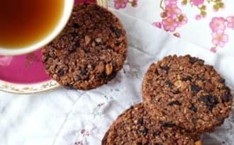Biscuits aux flocons d'avoine, cerises séchées et jus de raisin