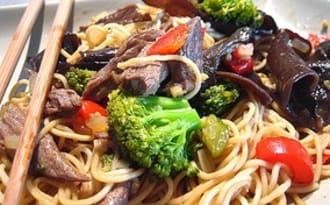 Sauté de boeuf aux brocolis, champignons et nouilles chinoises