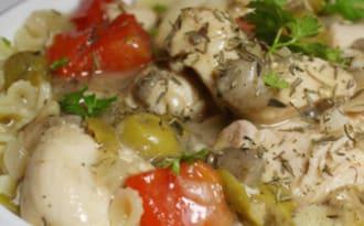 Sauté de poulet aux poivrons, champignons et olives