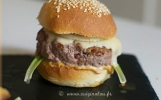 Burger de boeuf avec pain et sauce maison