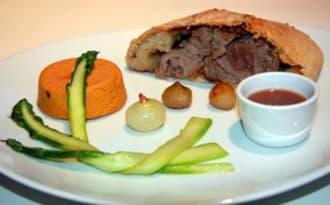 Souris d'agneau en croûte de pain, jus brun et légumes printanniers