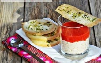 Riz au lait, coulis de fraises et tuiles pistaches