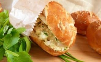 Sandwich bretzel à la salade d'oeufs