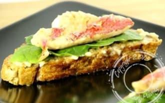 Filet de rouget grillé sur pan con tomata et jeunes pousses d'épinards