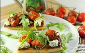Tartines aux tomates cerises et bleu