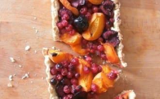 Tarte aux groseilles, cerises et abricots sur pâte sucrée aux flocons d'avoine