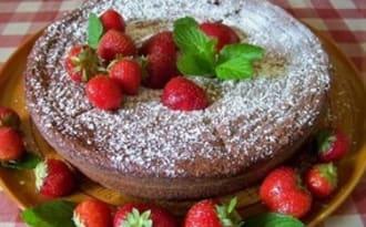 Gâteau au chocolat fondant aux noisettes, petites fraises charlottes et compotée de prunes