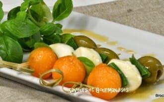 Mini-brochettes de melon, sauce au miel épicée.