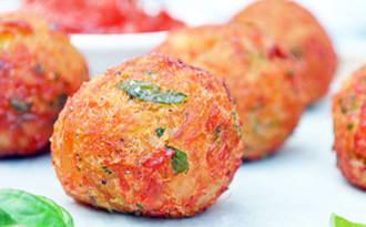 Beignets de Morue Salée avec Sauce à la Tomate Cerise