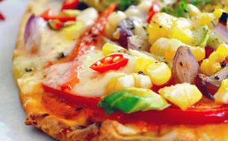 Pizza Épicée aux Légumes sur Pain Naan