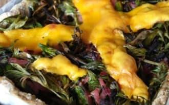 Quiche complète au brocoli, fanes de carottes, jambon fumé, sarriette et poivre de Sichuan