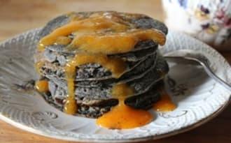 Black pancakes et leur coulis de kaki vanillé