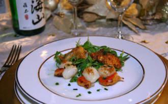 Noix de St-Jacques aux huîtres plates panées, salade au miel et Saké