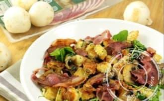 Salade de roquette aux ravioles poêlées, chips de pancetta et champignons
