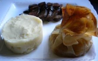 Magret de canard au miel, aumônière de pommes caramélisées et purée de panais