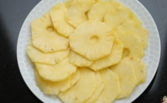 Couper un ananas frais