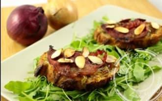 Bruschetta aux oignons, pancetta et amandes