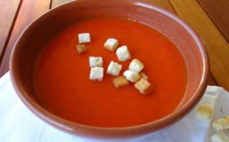 Soupe fumée aux tomates et poivrons rouges rôtis