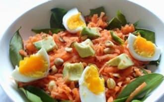 Salade croquante de carottes aux cacahuètes et avocat