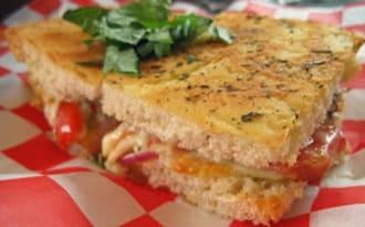 Fougasses fourrées au basilic, fromage et pancetta, foccacine