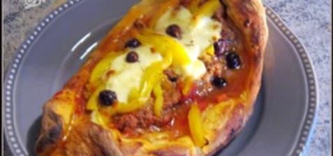 Pide agneau tomate olive mozza et poivrons