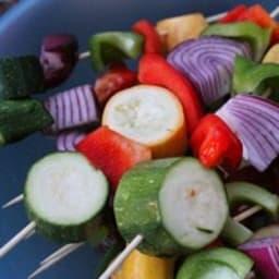 Brochettes de courgettes, poivron, tomates, aubergines, chèvre doux